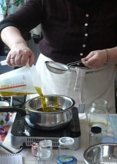 Assembler moitié macérat de feuilles et moitié macérat de racines. mettre le mélange à chauffer au bain-Marie
