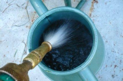 l'eau sort du tuyau